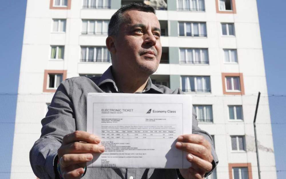 Nordine Mohamedi tient dans ses mains le billet d'avion pour rencontrer sa famille paternelle aux Etats-Unis