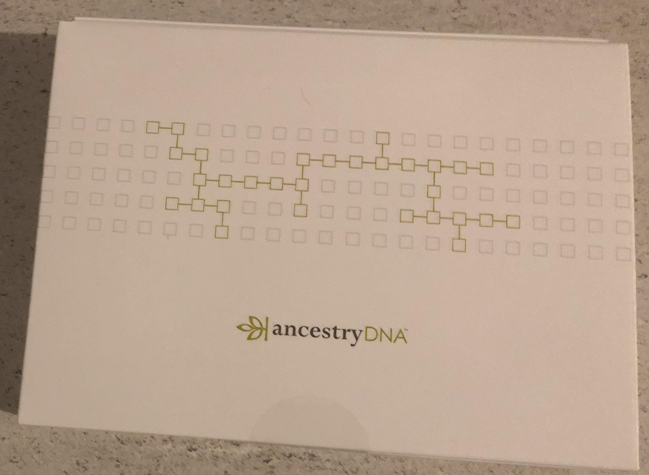 Le kit Ancestry DNA. Dans la boîte, le tube d'échantillon de salive avec le produit de conservation, un sachet pour mettre le tube, la boite pour l'envoi du tube et le dépliant d'explications.
